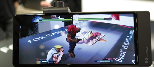 何も無い机に5Gスマホをかざすとキャラが立体表示されるARゲーム、カプコンの「ストリートファイターV」