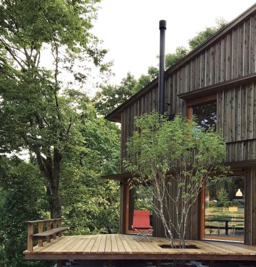 〔写真2〕緑の田園風景に面した屋外デッキ