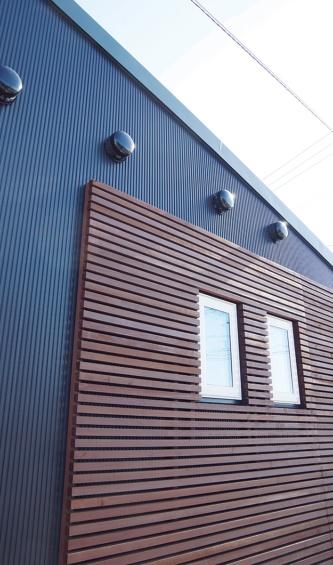 4つの給排気口を並べた西側壁面。隙間を開けて横張りした板部分を一部に配し、外観デザインに変化を与えた(写真:日経ホームビルダー)