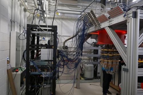 量子コンピューター「Sycamore」は100本以上の同軸ケーブルで制御する