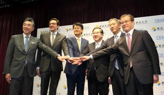 協業を発表した東京大学の五神真総長(右から3番目)と日本IBMの山口明夫社長(右から4番目)ら関係者