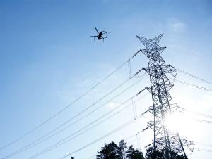 関西電力が実施している、ドローンによる送電線点検(写真提供:関西電力)