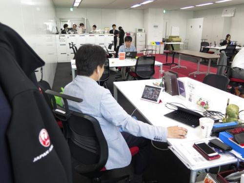 役員には1人1台セルラー版iPadが配布されており、場所を問わずZoomの遠隔会議に参加できる