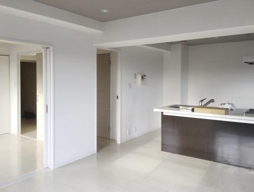改修前。キッチンの左手に見える既存の廊下は、暗い空間だった。(写真:住まい手)