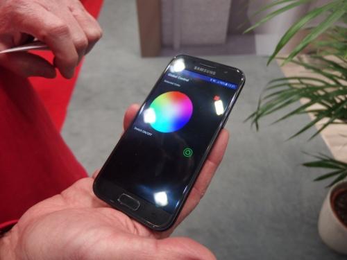 マホでLED照明の色合いを指定。日経 xTECHが撮影