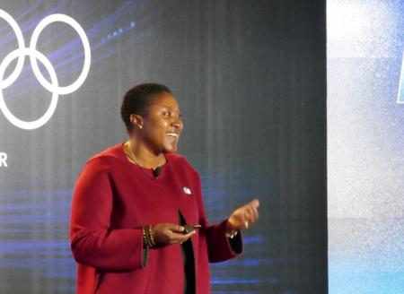 イベントで説明する米インテルのアイシャ・エヴァンス上席副社長 兼 最高戦略責任者