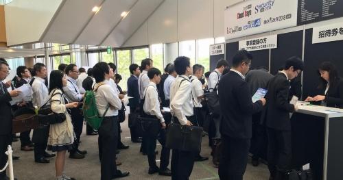 Cloud Days 九州 2018の会場で受付に並ぶ来場者