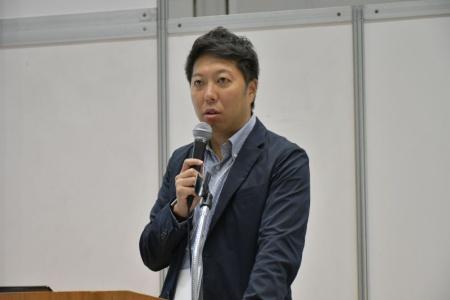次の成長戦略について講演するサツドラホールディングスの富山浩樹社長
