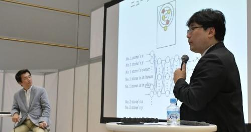 北海道大学大学院情報科学研究科の山本雅人教授(右)と日経BP社技術メディア局の中村建助局長補佐(左)
