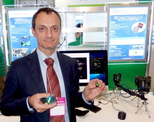 Marco Andreghetti氏。右手に持つ(向かって左側)のがCCDイメージセンサーの「KAI-43140」。左手に持つ(向かって右側)のがCMOSイメージセンサーの「XGS 12000」。日経 xTECHが撮影