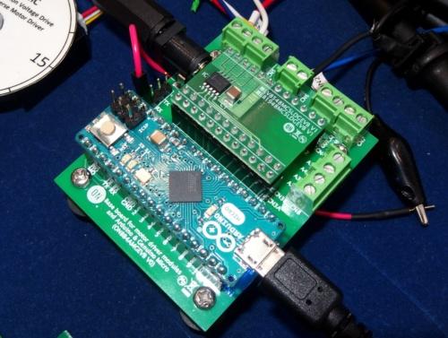 下がベースボードの「ONBB4AMGEVB」。その上の手前側が「Arduino Micro」、奥側がモーター駆動IC「LV8548MC」を載せたモジュール「LV8548MCSLDGEVB」。日経 xTECHが撮影