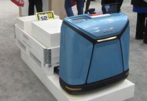 Toyota Material Handling EuropeのAGV。荷物などを載せたパレットを搬送する。