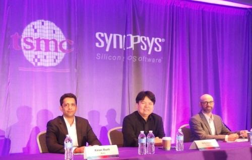 中央がTSMCのWilly Chen氏。左は米Arm社のKiran Burli氏。右はSynopsysのJoe Walston氏。日経 xTECHが撮影