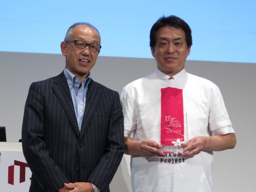 「IT Japan Award 2018」グランプリに輝いた日本航空(JAL)の西畑智博執行役員(右)
