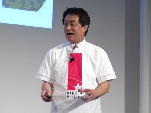 今回の「SAKURAプロジェクト」のロゴ付きTシャツを着用し、特別講演で熱弁を振るう西畑執行役員