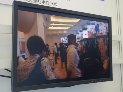 HoloLensで展示ブースの情報を空中に表示している様子