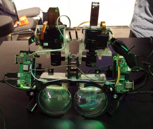 デモで見せたARグラス。左右にある小型基板がRaspberry Piで、上方にあるのが小型プロジェクター(撮影:日経 xTECH)