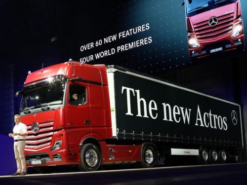 図1 ドイツ・ダイムラー(Daimler)が発表した大型トラックの新型「Actros」、斜め前から