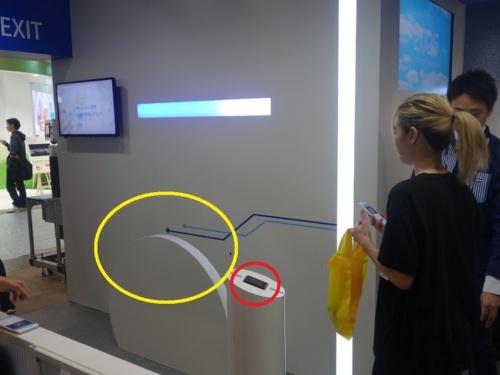 黄色の丸が商品を通すゲート、赤丸の部分がQRコードリーダー