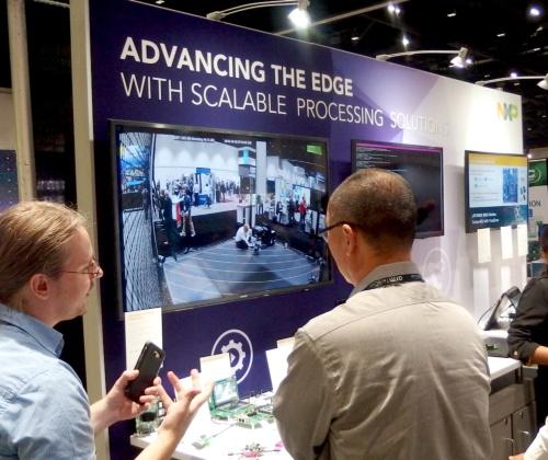 NXPブースで「Arm Cortex-M33」搭載のMCUとクロスオーバープロセッサーICを紹介するコーナー。日経 xTECHが撮影