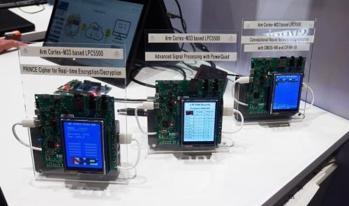 「LPC5500シリーズ」の評価ボードを使ったデモンストレーション。日経 xTECHが撮影