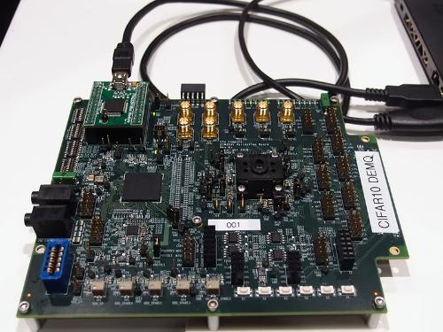「TENSAIプラットフォーム」。中央右にあるのが「TENSAIチップ」。中央左は周辺制御用の米Intel社のFPGA「MAX10」である。筆者撮影