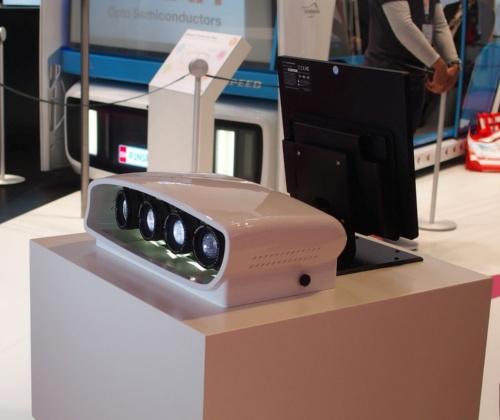デモ機の投射側から撮影。LEDランプは4つある