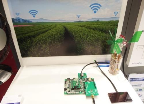 「R7F0E」を使ったデモの例。太陽光発電と風力発電の電力で、農場の土の温度や湿度を多数の地点で計測するシステムを想定している。センサーの計測値がR7F0Eで処理され、LPWAのLoRaでデータ集積地へ送られる。このデモではLoRa通信はサードパーティーのボードで処理しており、その電力はR7F0Eが供給している。日経 xTECHが撮影