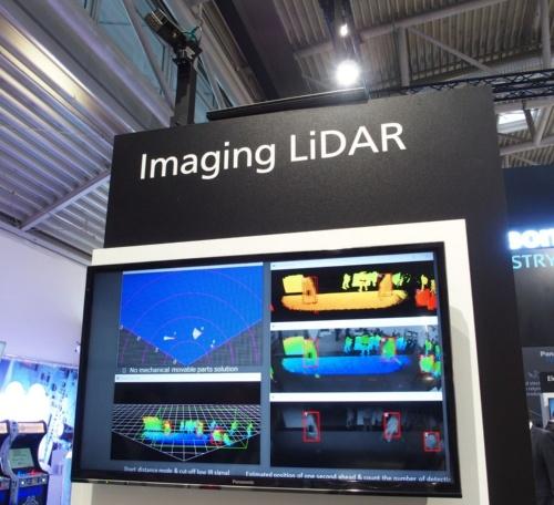 3Dの距離画像と2Dのモノクロイメージを同時に取得できるToFセンサーによるデモ。写真の左上にある黒い物体が同センサー(撮影:日経 xTECH)