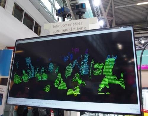 デモの様子。写真上側にあるのが、MEMSミラーを搭載したLiDARモジュール。下側には、同モジュールで得た点群データを表示している(撮影:日経 xTECH)