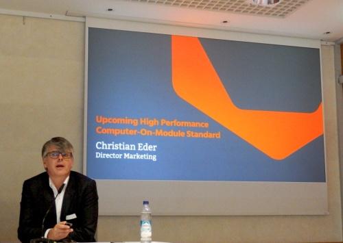 会見の最後に、次世代COM規格の紹介があった。左端がChristian Eder氏。日経 xTECHが撮影