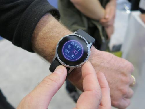オムロン ヘルスケアの血圧計機能を内蔵するスマートウォッチ「HeartGuide」