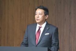 プレスカンファレンスに登壇したマツダ社長兼CEOの丸本明氏(撮影:日経 xTECH)