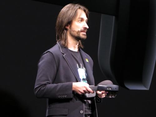 HoloLens 2を発表する米マイクロソフトのアレックス・キップマン技術フェロー