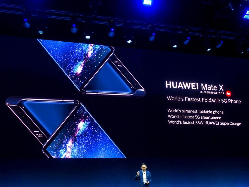 写真1●スマートフォン「HUAWEI Mate X」 (撮影:山口 健太、以下同じ)