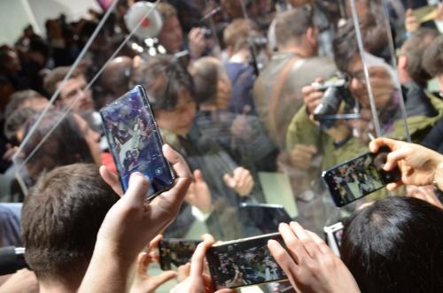 図3 5Gデモ機を置いた発表会場は報道関係者であふれていた