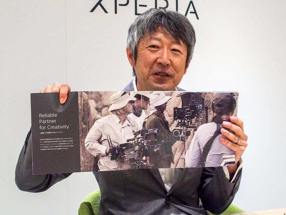 写真7●CineAltaのカタログを手にする田嶋氏