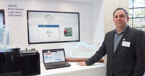 右端がMartin Embacher氏。テーブル上のPCでStrataが稼働する。後方のモニターでは、Strataの特徴である「クラウド接続型」をアピールしている。左端はStrata対応のモーター制御ICの評価ボードを使ったデモ。日経 xTECHが撮影