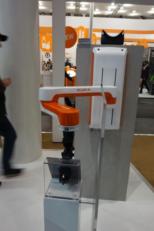 KUKAとHartingによる電気自動車用充電システムの共同展示。KUKAのロボットアームとHartingのコネクター類を組み合わせている。