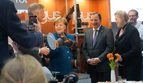 図1 独イグスのブースを訪問したドイツのメルケル首相