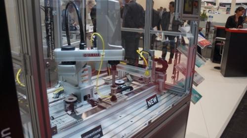 図2:水平多関節型ロボット「YK400XR」を直交ロボットと組み合わせ、自動車部品をシーリングする工程のデモ。(撮影:日経ものづくり)
