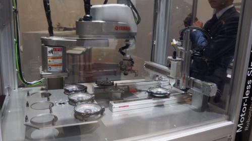 図3:リニアコンベヤー「LCM100」を使って、スピーカーを組み立てるデモ。(撮影:日経ものづくり)