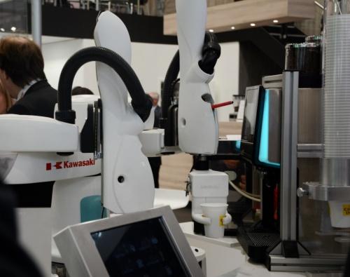 双腕の協働ロボット「duAro」で来場者にコーヒーをふるまうデモ