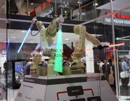 ライトセーバーで華麗な「チャンバラ」を披露した小型ロボット「RS007」シリーズ