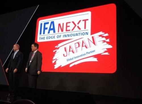 メッセ・ベルリンは4月、今年(2019年)のIFAでの「IFA Next」の初めてのパートナー国に日本を選んだと発表した。左は、メッセ・ベルリン CEOのクリスチャン・ゲーケ氏、右は経済産業省 商務情報政策局長の西山圭太氏