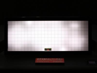 図2 216個のLED(発光ダイオード)でバックライトの点灯を細かく制御する(撮影:日経 xTECH)