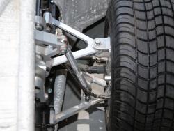 図2 車両の前後に1個ずつ駆動用モーターを搭載(撮影:日経 xTECH)