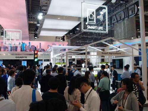 写真26●GIGA-BYTE TechnologyはPC向け製品とその他をパーティションで分けていた。「Smart Agriculture」は「Smart Life」の一部にある。この他に、「Data Center」や「Industrial」「Smart Retail」などの展示があった。筆者撮影