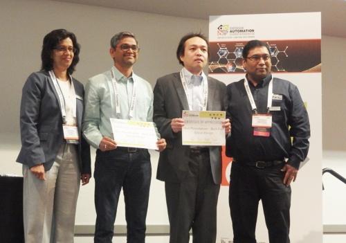 授賞式の長谷川尚氏(左から3番目)。中央2人が受賞者。脇2人は授賞者。日経 xTECHが撮影