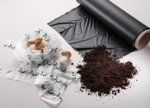 図1 「ecovio」による農業用フィルム(黒)とショッピングバッグ(白)
